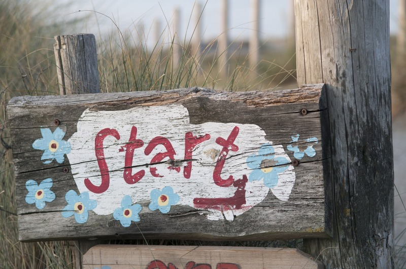 "A signpost painted with the word ""Start"""