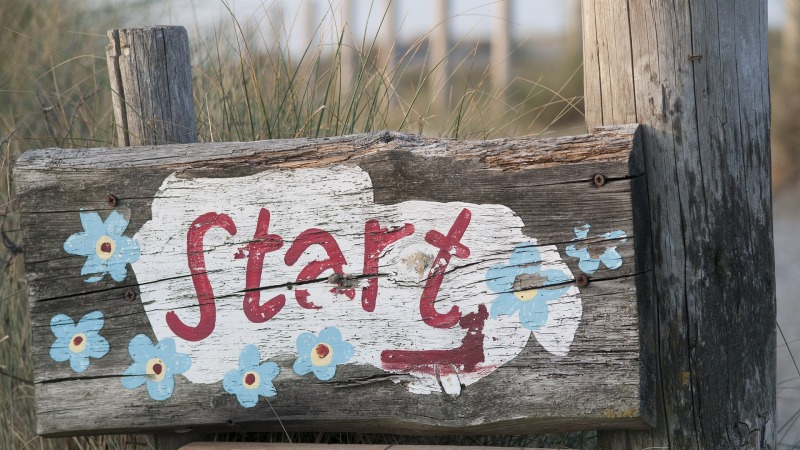"""A signpost painted with the word """"Start"""""""